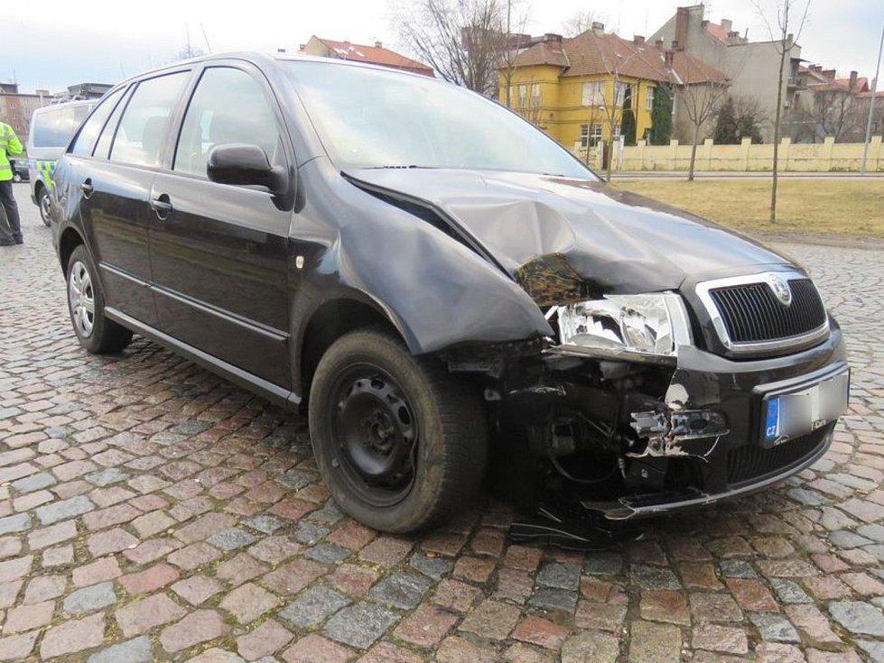 Řidič boural, z místa nehody odjel. Našli ho až strážníci o šest kilometrů dál jak vyspává za volantem