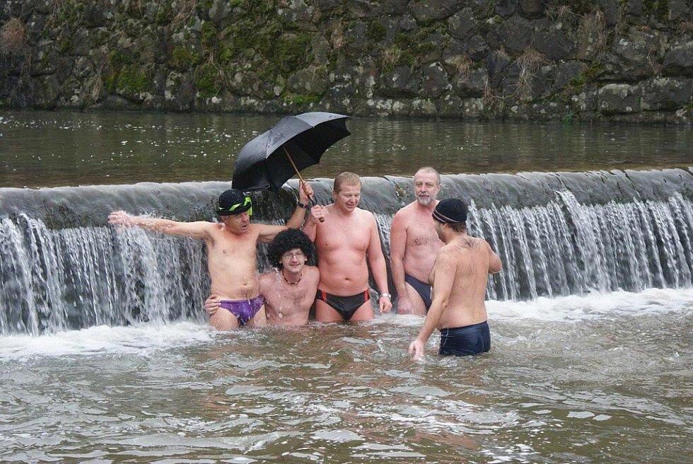 Otužilci si na Štědrý den vychutnali ve výpusti plumlovské přehrady tradiční vánoční koupel