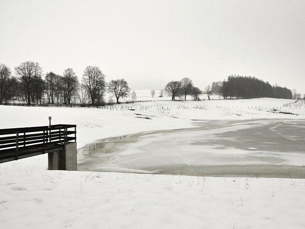 Voda z tajícího sněhu začíná pomalu plnit řeky.