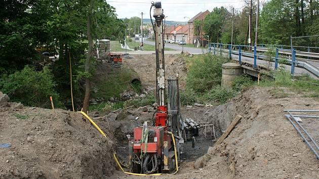 Výstavba mostu pro pěší přes Hloučelu u Soběsuk - 20. 5. 2020