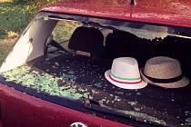 Auto poničené spadeným stromem po bouřce ve Slatinkách