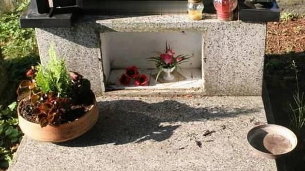 Řádění zlodějů na hřbitově v Plumlově