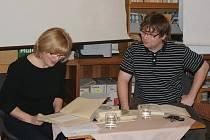 Návštěvníkům četla v Městské knihovně v Prostějově ze svých oblíbených knížek dramaturgyně Eva Zelená-Fikarová