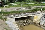 Obyvatele Studence děsí zanesené koryto potoka, který hrozí při bouřkách zalitím zahrad a pozemků.