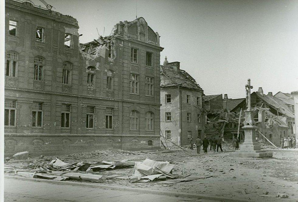 V Prostějově byla soustředěna silná vojenská posádka. Od konce dubna začala město bombardovat sovětská letadla, v květnu se přidala i dělostřelecká palba.