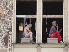 MÍSTO SKLA PLACHTY Na oknech Národního domu v Prostějově se intenzivně pracuje. Dělníci mění na více než stoleté památce okna. Nyní se mění ta na východní straně budovy.