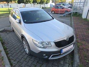 V Anenské ulici v Prostějově řidič naboural do zaparkovaného auta