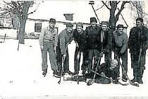 VZHŮRU NA LED. Podobně jako třeba v Laškově nebo nyní v Mořicích i ve Štětovicích váleli svého času hokejisté. I když hlavně rekreačně. Nedaleko Štětovic se stále nacházejí rybníky, kde by se dalo bruslit, ovšem čekání na led bývá občas nekonečné.