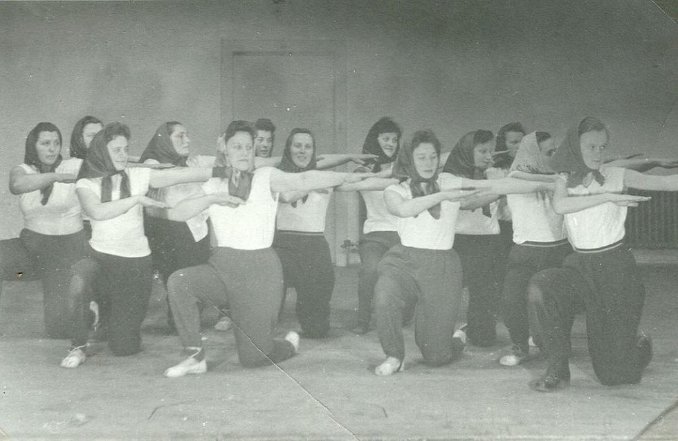 Členky TJ Sokol Klenovice na Hané při nácviku spartakiádní skladby Rozsévačky v roce 1959.