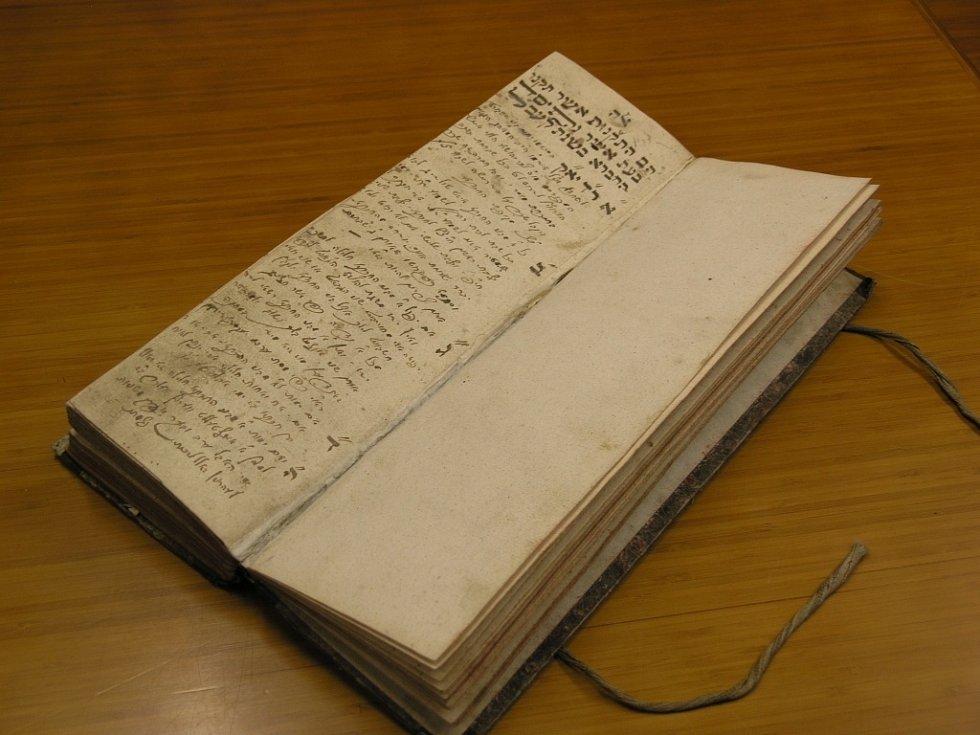 Foto knihy spolku, který v roce 1812 v Prostějově založil rabín Horowitz