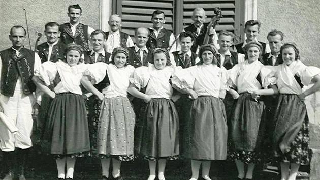 Taneční soubor Skalák, kolem roku 1955. Soubor vystupoval od konce čtyřicátých let. Dodnes se prezentuje na různých společenských akcích. Jeho repertoár vychází zhoráckých tanců a zvyků a soubor si osvojil všechny známé tance své oblasti jako jsou : Zahr