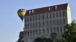 Přelety horkovzdušných balónů nad plumlovským zámkem