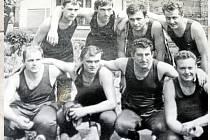 PÓZUJEME. Sokoli na snímku ze 60. let. Bohužel podobně jako v mnoha jiných obcích i zde sokolský fotbal prakticky vymřel. Soutěž už v Rozstání neviděli dobrých pět let.