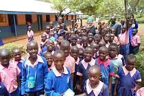 Marcela Krejčí ze Stražiska odcestovala do Keni, kde pomáhá zdejším lidem naučit se hospodařit se zemědělskou půdou. - Na fotce žáci ZŠ Barchando