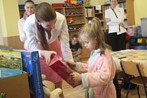 Charitativní akce pro děti v prostějovské nemocnici - předávání hraček firmou Mubea