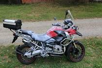 Zloděj motorku nakonec jen postříkal bílou barvou. 28.8.2020