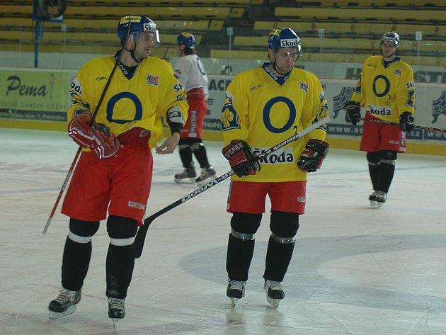 Hokejoví reprezentanté trénují na prostějovském ledě.