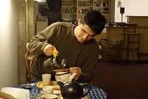 Redaktor Prostějovského deníku si vyzkoušel přípravu zeleného sypaného čaje pod dohledem provozního čajovny.