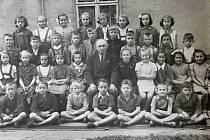 DRUHÁ TŘÍDA, 1952. Kostelečtí žáci, dnes již pětasedmdesátníci, se schází od roku 1974 pravidelně.