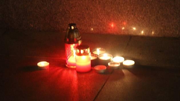 Prostějovské náměstí TGM. Svíčky uctívající památku obětí teroristických útoků v Paříži