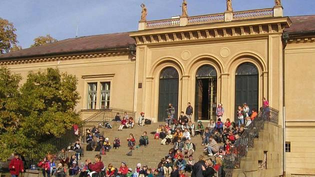 Zámek v Čechách pod Kosířem si nemůže stěžovat na nezájem. Často se stává i cíllem školních výletů. A už také boduje v anketě.
