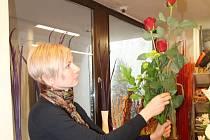 Na MDŽ vedou u lidí karafiáty, na druhém místě jsou růže