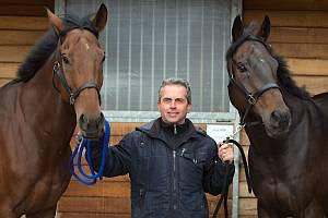 Koně trenéra Stanislava Popelky z Hvozdu u Prostějova se chystají na Velkou pardubickou.Vlevo Mahony, vpravo Stretton, uprostřed trenér Stanislav Popelka.