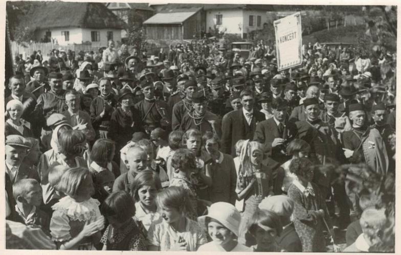 POMNÍK. Odhalení pomníku F. Tilšera (1934).