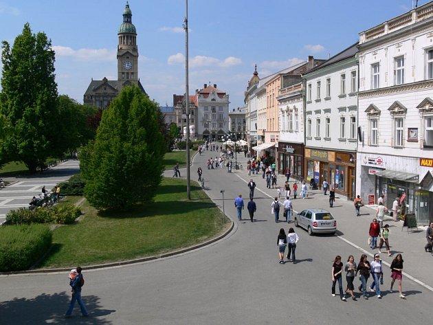 Takto rušno bylo na prostějovském náměstí během studentského Majálas. Jakmile začaly prádzniny, náměstí se vylidnilo.