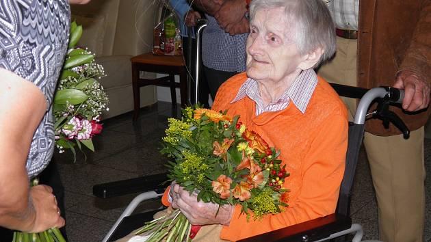 Paní Květoslava oslavila sto čtvrté narozeniny i s olomouckým hejtmanem