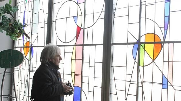 Matalovy vitráže v prostějovském Prioru