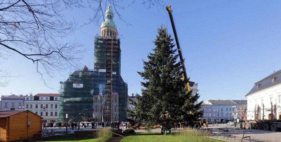 Instalace vánočního stromu na náměstí TGM v Prostějově