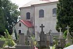 Za kostelem v Rozstání je ukrytý hřbitůvek