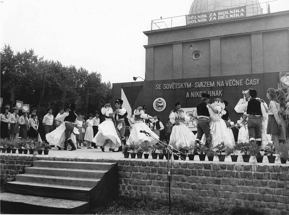 4. První Hanácké slavnosti se od roku 1983 konaly ještě v Kolářových sadech.