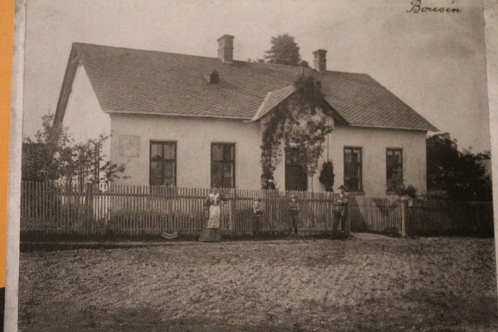 Stará škola, nedatováno. V Bousíně se učilo od roku 1927. Jednalo se o jednotřídku, kde se potkávali žáci 1.- 5. ročníku. Na fotografii budova staré školy, v současnosti rodinný dům.