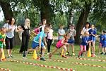 Atletika baví. Sportovní den na olšanském hřišti zabavil na dvě stovky dětí.