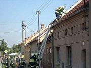 Vrahovičtí hasiči u požáru domku v Domamyslicích