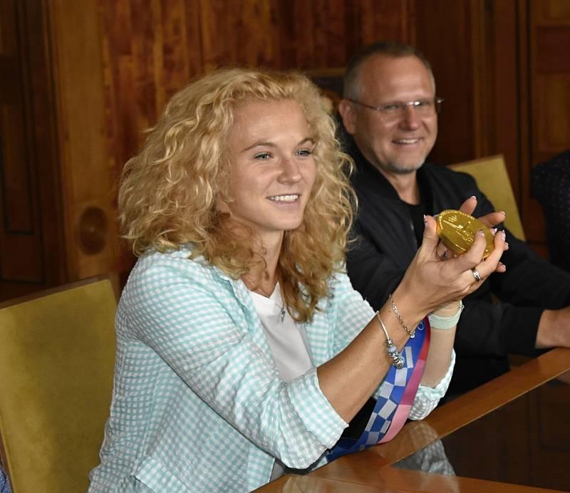 Prostějovský primátor František Jura přijal olympijskou vítězku v tenisu Kateřinu Siniakovou. 16.9. 2021