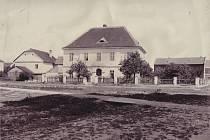 Do r. 1878 sídlila Národní škola vNěmčicích vbudově staré radnice.