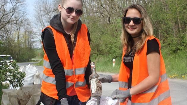 Žáci osmých a devátých tříd spolu s myslivci uklidili přírodu v Kobeřicích