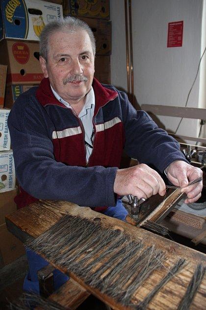 Kartáčnické řemeslo, které do domácností přináší ručně vyráběné kartáče, smetáčky a metle, pomalu zaniká. Alois Slepánek si řemeslo zaregistroval vroce 1991a dodnes nemá onouzi ozákazníky.