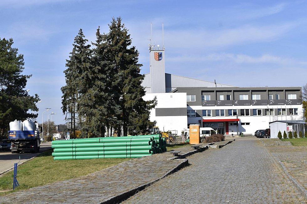 Revitalizace prostoru před prostějovskou halou Sportcentrum DDM -  hloubení jámy pro retenční nádrž. 13. 4. 2021