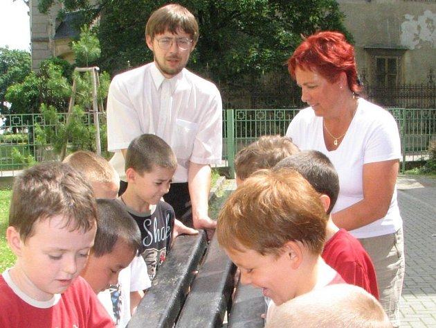 Pro děti nechal Jan Navrátil udělat lavičku z pet vršků.