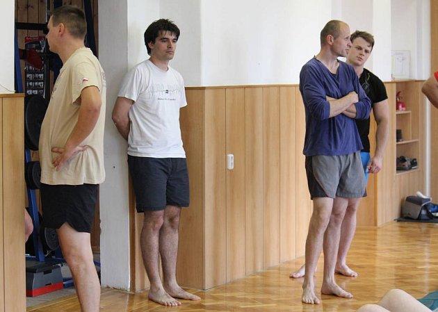 Redaktor Deníku Michal Sobecký (vbílém tričku) si vyzkoušel fyzické testy pro přijetí kměstské policii vProstějově