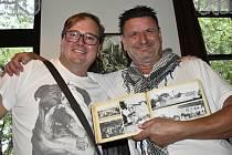 Prostějovský kumštýř Tomáš Vincenec (vpravo) dokončil po dvaceti letech triptych, mapující prostějovské hostince a spolkové domy. Jedním z akcionářů knihy je i prostějovský patriot Jonáš Proser (vlevo).
