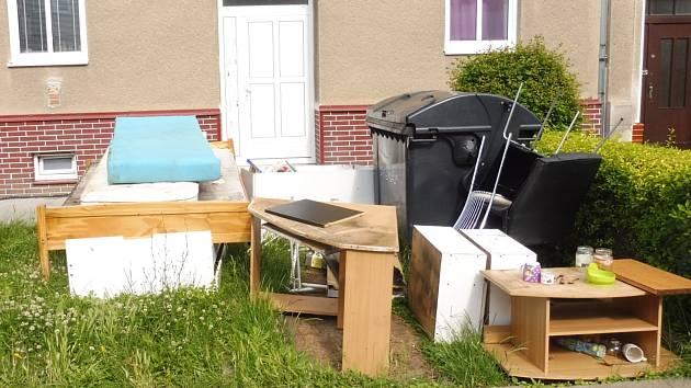 V Prostějově někteří lidé naskládají nepotřebný nábytek k popelnicím. 28.6.2020