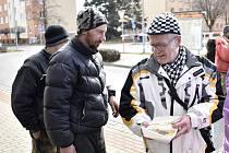 Ve středu skončil letošní ročník tradičního výdeje polévek lidem bez domova. Na závěr se servírovala svíčková. 4.3. 2020. Na snímku Pepa Marek (vpravo)