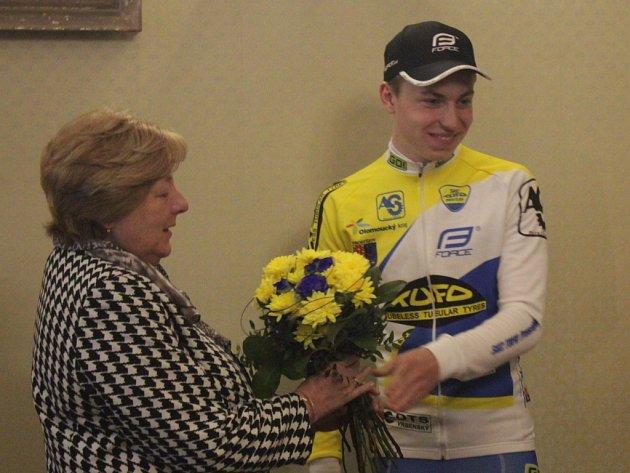 Prostějovští cyklisté na návštěvě u primátorky - Nechyběla kytice v prostějovských barvách