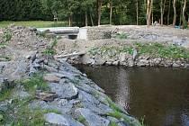 Stavba dvou mostů a zpevňování břehů na řece Hloučele ve Stínavském žlebu
