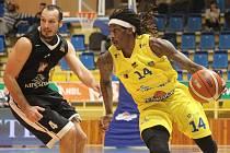 Basketbalisté Olomoucka (ve žlutém) porazili Hradec Králové